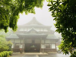 霧の中の薬王院